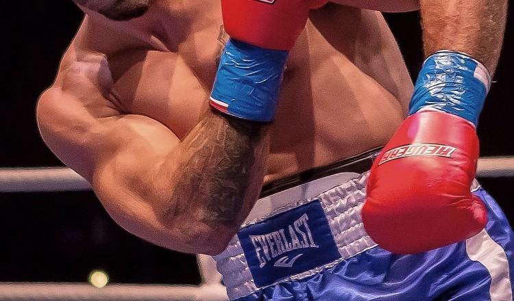 Le combattant UFC Mike Perry frappe un vieil homme à la sortie d'un restaurant
